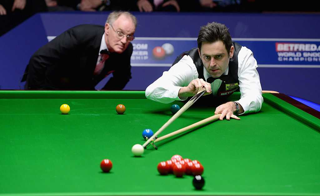 Ronnie O'Sullivan mit Snooker Queue in der Hand