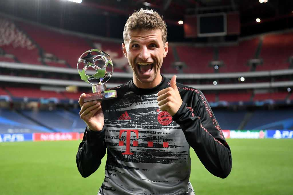 Thomas Müller mit Man of the Match Pokal